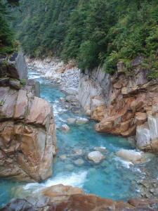 こんな色の川見たことないし!